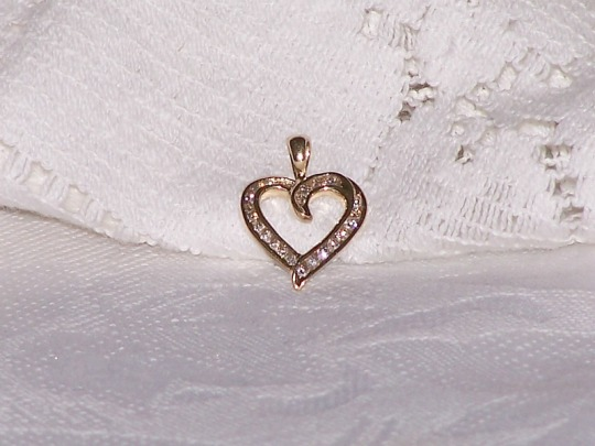 Elegant Diamond Heart Shaped Pendant 10kt Gold With 24 Diamonds